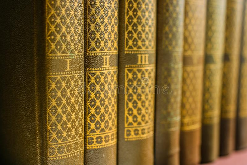 Coleção ou trabalhos recolhidos em volumes numerados em uma prateleira na biblioteca Fundo sobre o amor da literatura imagens de stock royalty free