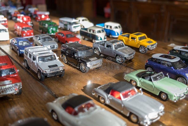 Coleção retro dos carros do brinquedo (do vintage) em uma tabela de madeira foto de stock