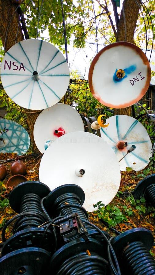 Coleção satélite do prato pintada na jarda imagem de stock royalty free