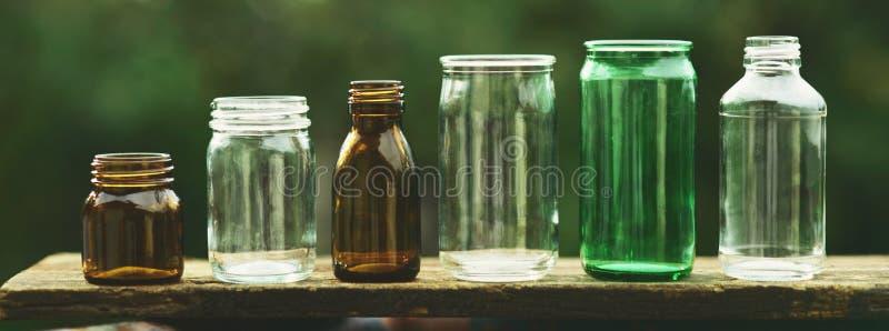 Coleção sortido da série do recipiente transparente vazio da garrafa de vidro na cor branca, verde e marrom, conceito da reutiliz imagem de stock royalty free