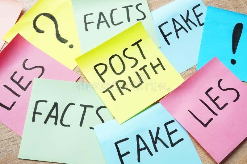 Cole com Cargo-verdade e mentiras das palavras, falsificação e fatos imagens de stock royalty free