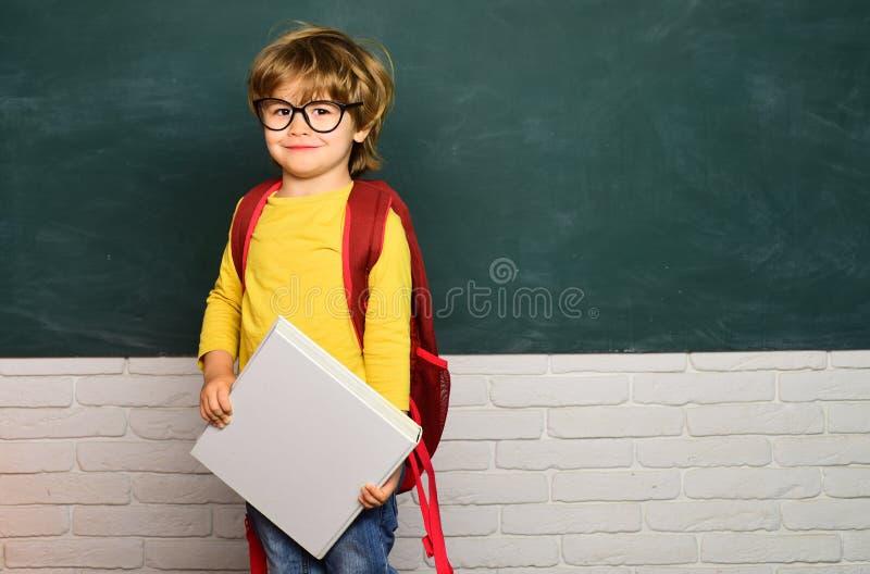 ?cole d'enfants Gar?on d'?cole primaire ? la cour d'?cole Humeur heureuse souriant largement ? l'?cole photographie stock libre de droits