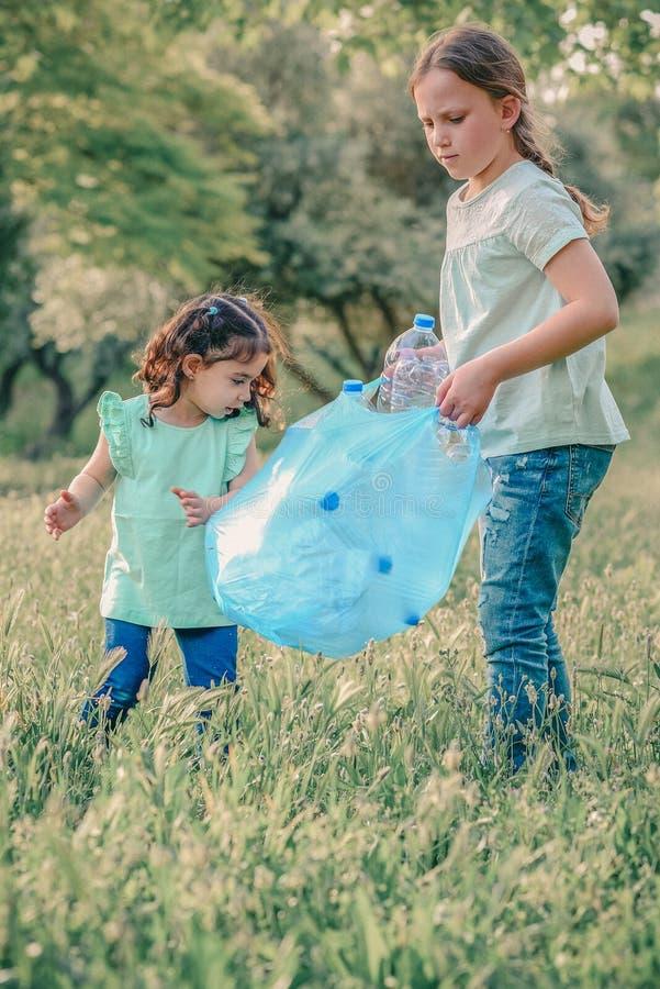 ?cole dr?le de deux enfants et environnement volontaire pr?scolaire de charit? images libres de droits