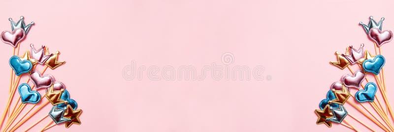 Cole??o de objetos do partido no fundo cor-de-rosa Conceito do anivers?rio Vista superior, bandeira fotografia de stock