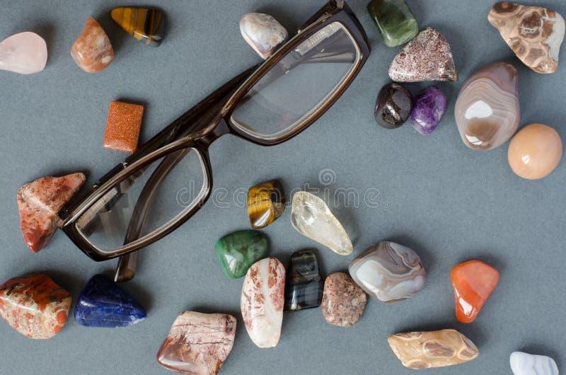 Cole??o de pedras preciosas em um fundo cinzento fotografia de stock royalty free