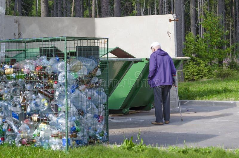Cole??o separada do lixo luta para o ambiente desabrigado idoso no lixo justi?a recycling imagem de stock royalty free
