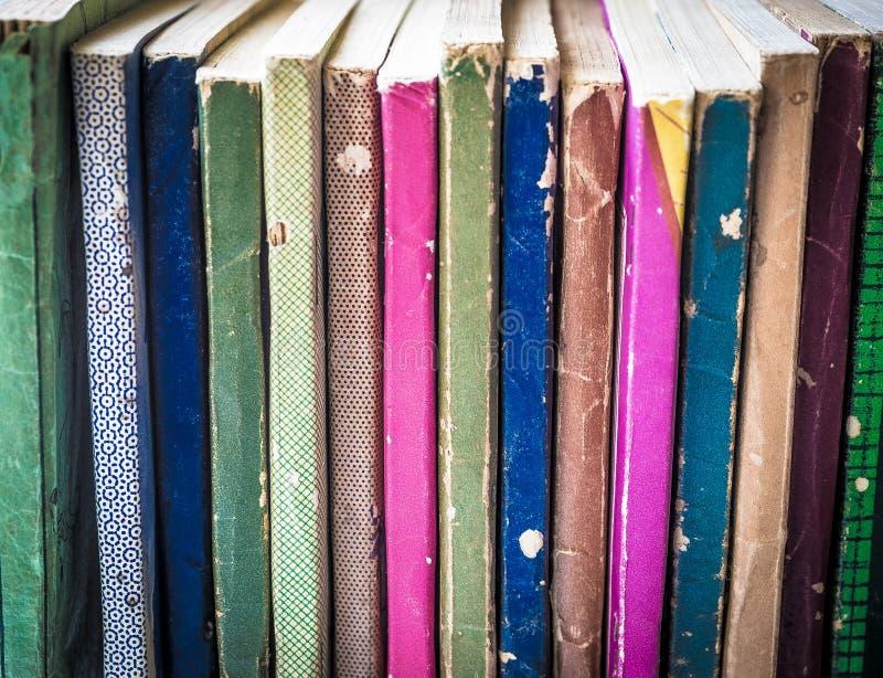 Colección colorida de libros en rústica viejos fotos de archivo
