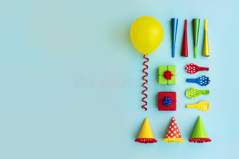 Colección colorida de objetos de la fiesta de cumpleaños imagen de archivo libre de regalías