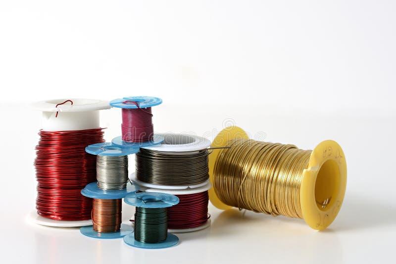 Colección de alambre de la joyería en los carretes imagenes de archivo