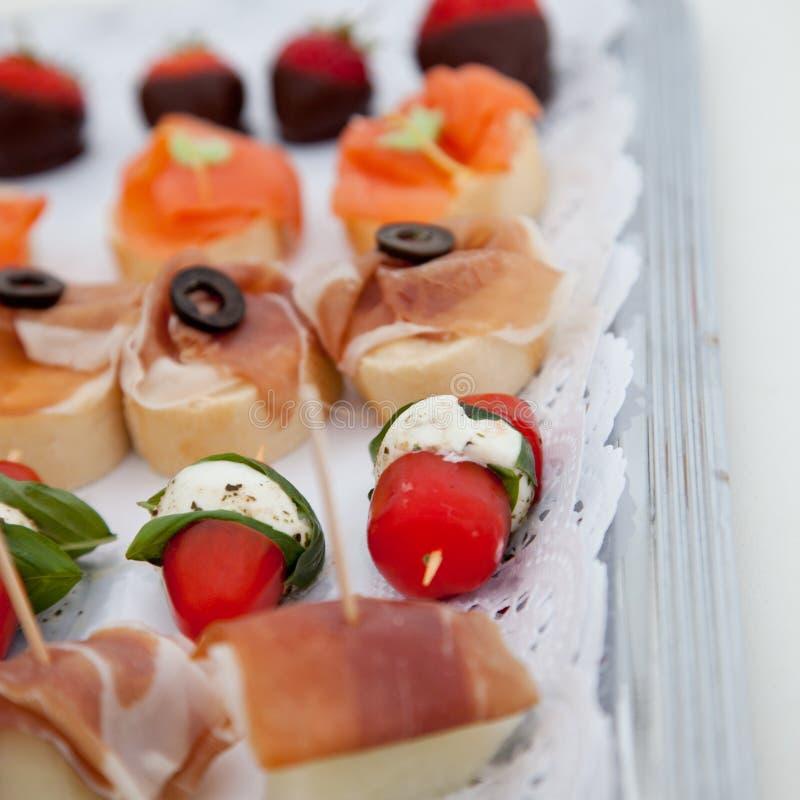 Colección de aperitivos en una tabla de comida fría fotos de archivo libres de regalías