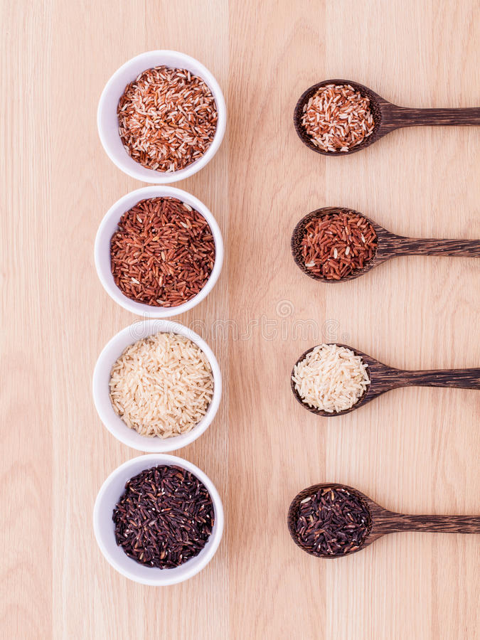 Colección de arroz tailandés del jazmín del grano entero foto de archivo