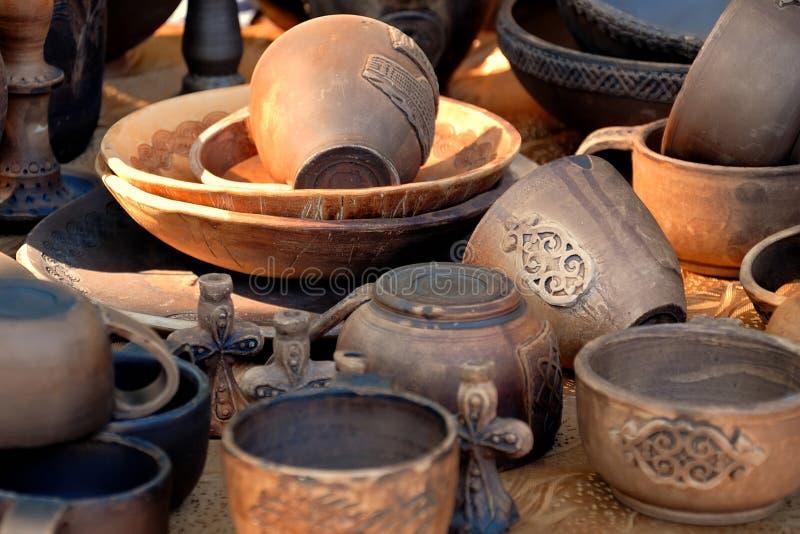 Colección de cerámica antigua en los haces que fijan el sol fotografía de archivo