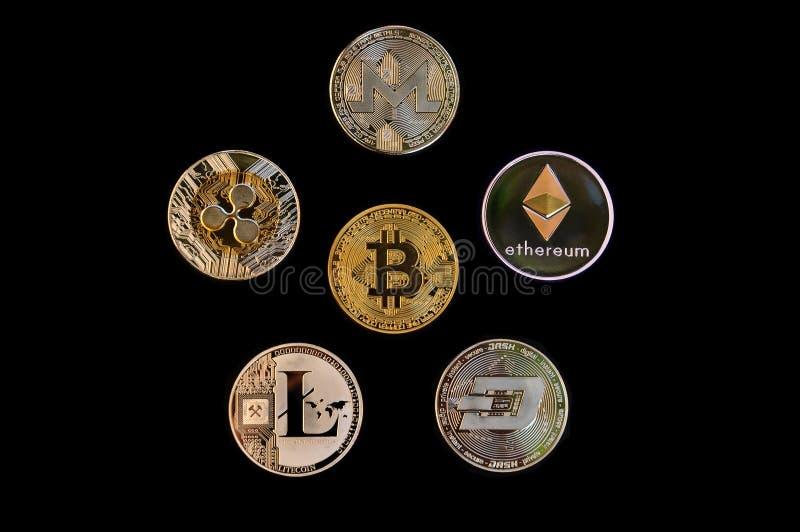 Colección de Cryptocurrency: moneda del bitcoin entre el otro cur crypto fotos de archivo libres de regalías