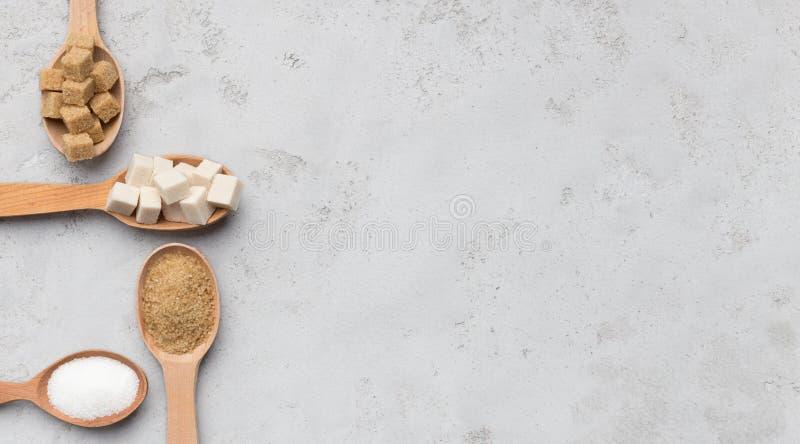 Colección de diferentes tipos de azúcar en fondo gris imagen de archivo libre de regalías