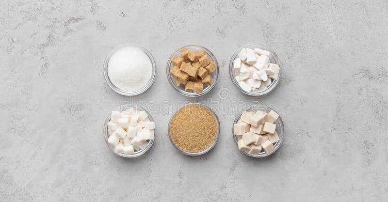 Colección de diferentes tipos de azúcar en fondo gris imágenes de archivo libres de regalías