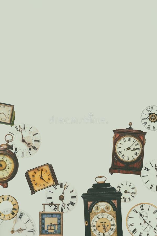 Colección de diversos relojes de tabla del vintage y caras de reloj fotografía de archivo