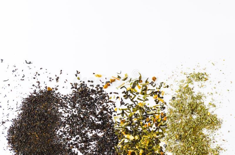 Colección de diversos tés con las hojas de té en un fondo blanco fotos de archivo