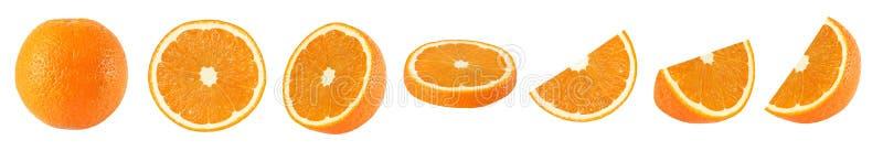 Colección de frutas anaranjadas enteras y cortadas en el fondo blanco imagen de archivo