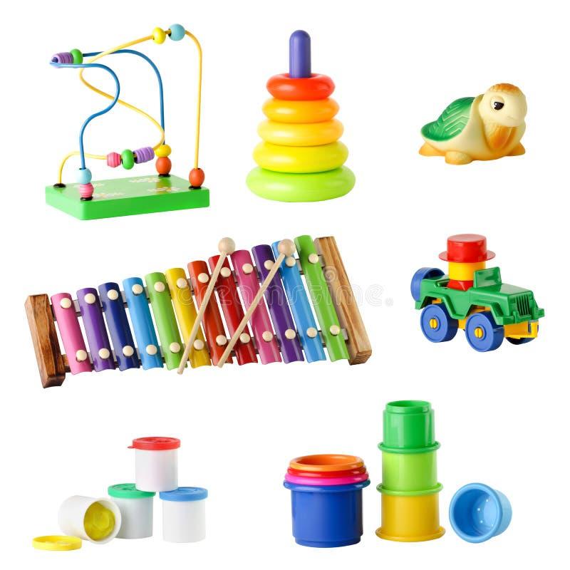 Colección de juguetes para los niños jovenes aislados en el fondo blanco fotos de archivo