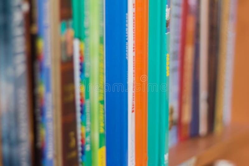 Colección de la literatura de niños en el estante en la biblioteca, foco selectivo fotos de archivo libres de regalías