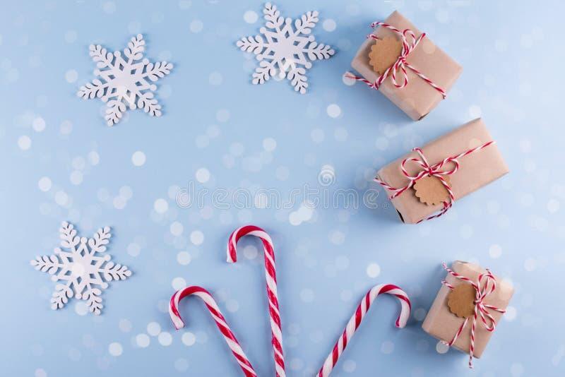 Colección de las cajas de regalo de la Navidad con las decoraciones y y el bastón de caramelo, para la mofa encima del diseño de  imagen de archivo