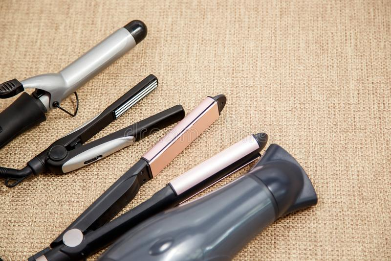 Colección de los dispositivos profesionales del peluquero - secador de pelo, encrespándose, corrugación, enderezadora fotografía de archivo libre de regalías