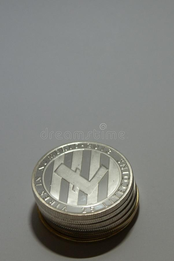 Colección de monedas del cryptocurrency de la plata y del oro en un fondo blanco imágenes de archivo libres de regalías