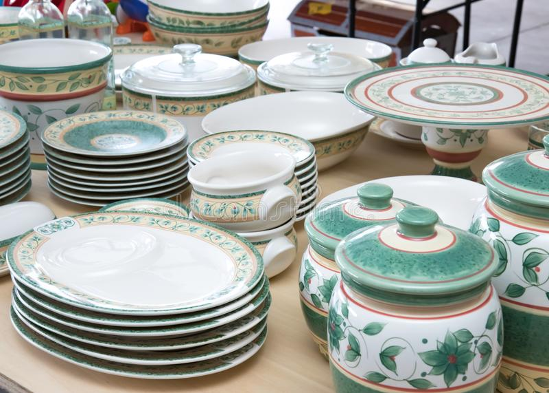 Colección de platos a juego para la venta en una venta de garaje imagen de archivo libre de regalías