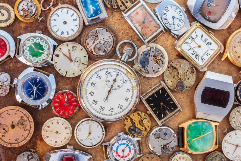 Colección de relojes y de piezas oxidados del vintage imagenes de archivo