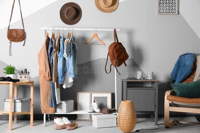 Colección de ropa que cuelga en el estante foto de archivo libre de regalías