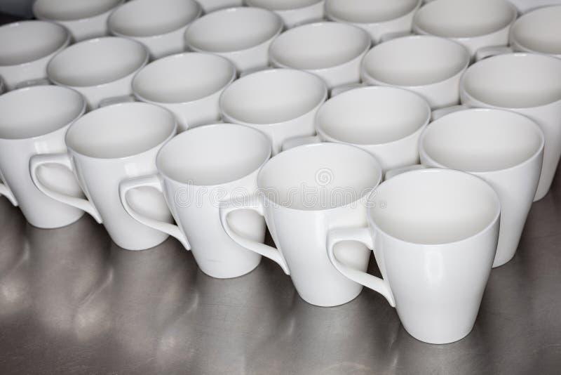 Colección de tazas de café en oficina imágenes de archivo libres de regalías