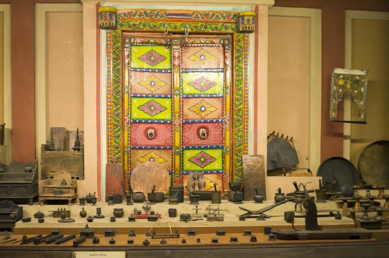 Colección de utensilios y de herramientas indios viejos y únicos, vishala, Ahmadabad fotografía de archivo