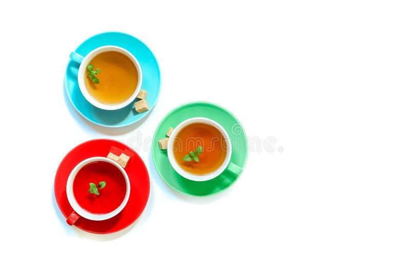 Colección del té de tres diversos tipos del té - menta, hibisco y infusión de hierbas en tazas en blanco ilustración del vector