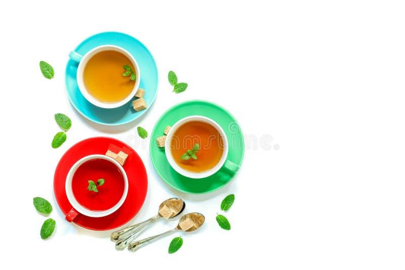 Colección del té de tres diversos tipos del té - menta, hibisco y infusión de hierbas en tazas en blanco foto de archivo libre de regalías