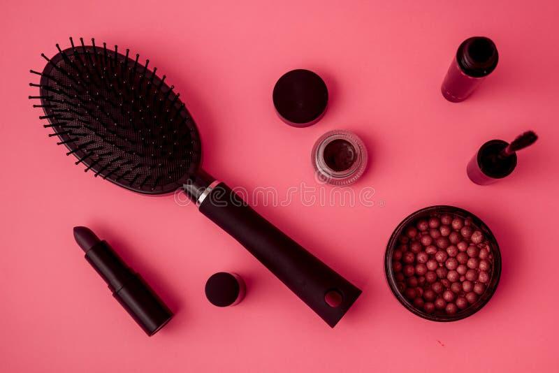 Colección determinada del maquillaje con rimel, el cepillo para el pelo, el lápiz labial y Blus fotografía de archivo