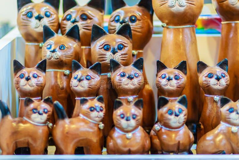 Colección linda de gatos de madera, recuerdo de la artesanía de Thailan fotografía de archivo