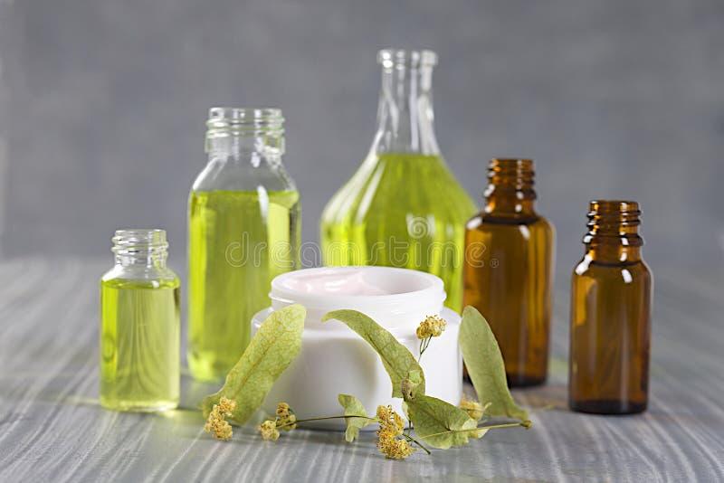 Colección natural de los cosméticos - crema cbody y aceite aromático foto de archivo