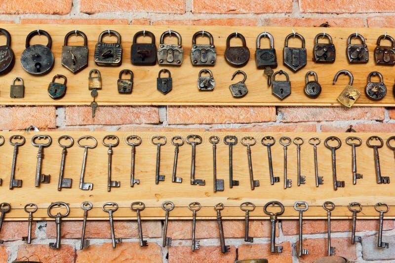 Colección retra de llaves antiguas y de cerraduras foto de archivo