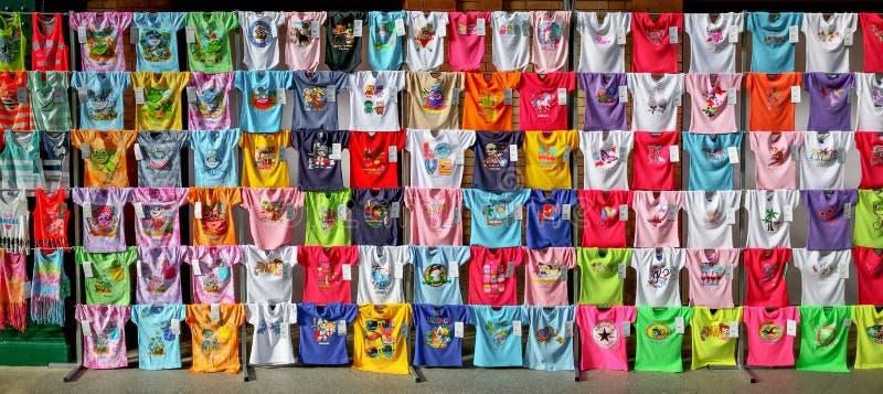 Colecci?n de camisetas coloridas del verano con impresiones divertidas de la pantalla imagen de archivo
