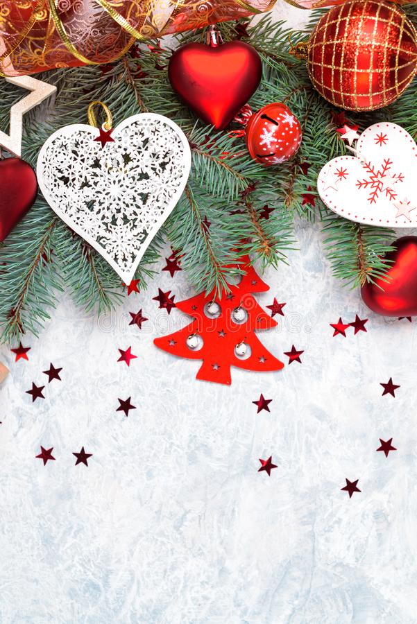 Colecci?n de la decoraci?n de la Navidad: corazones, ramas y decoraci?n de la chucher?a en el fondo de piedra Contexto de Navidad imagen de archivo