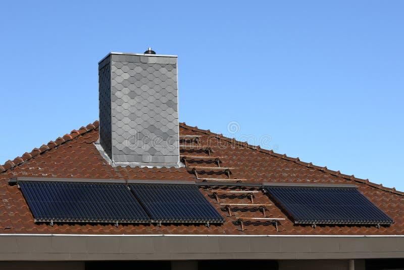 Colectores solares en un tejado de la casa fotografía de archivo libre de regalías