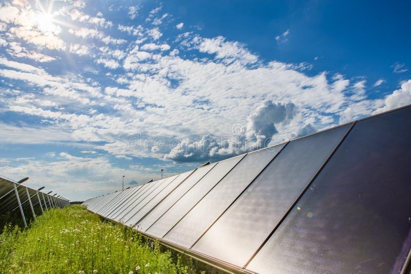 Colectores solares y cielo azul imágenes de archivo libres de regalías