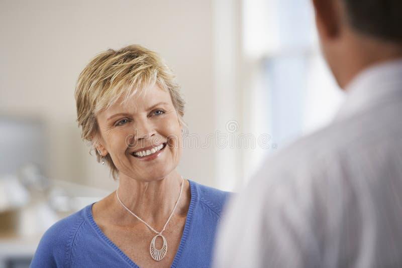 Colega de Discussing With Male da mulher de negócios foto de stock