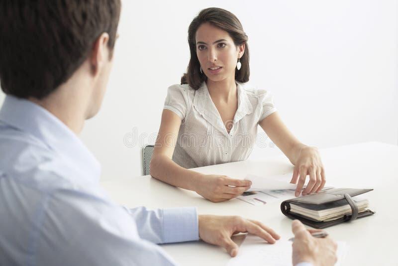 Colega de Discussing With Male de la empresaria fotografía de archivo