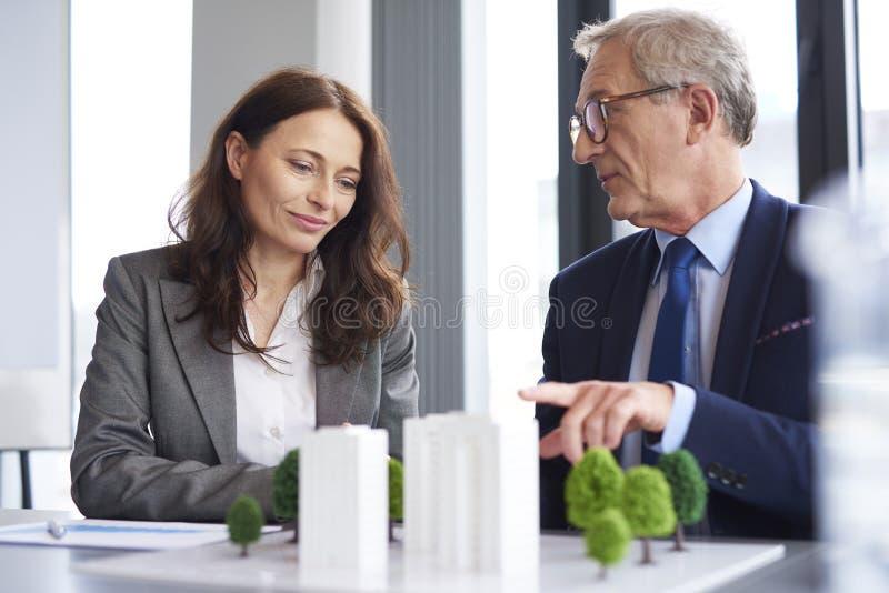 Colega de trabalho masculino que tem um conselho fotografia de stock