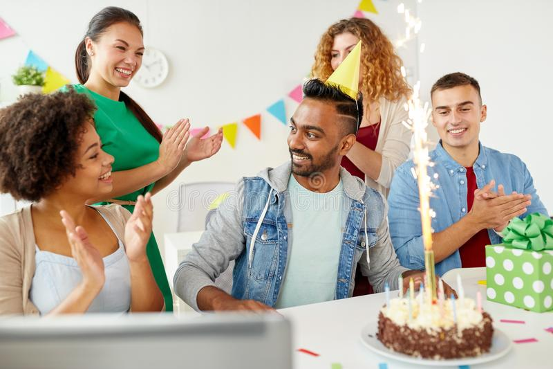 Colega del saludo del equipo de la oficina en la fiesta de cumpleaños fotos de archivo
