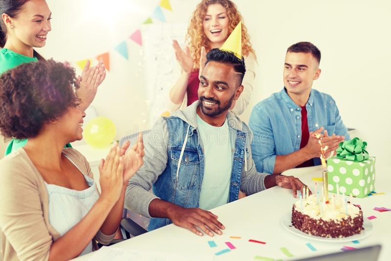 Colega del saludo del equipo de la oficina en la fiesta de cumpleaños fotografía de archivo libre de regalías