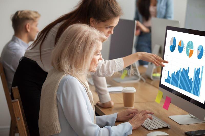 Colega mais idoso de ensino do executivo novo que explica o stat digital fotos de stock royalty free