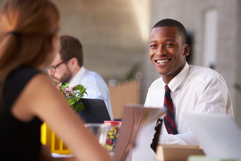 Colegas afroamericanos de At Meeting With del hombre de negocios imagenes de archivo
