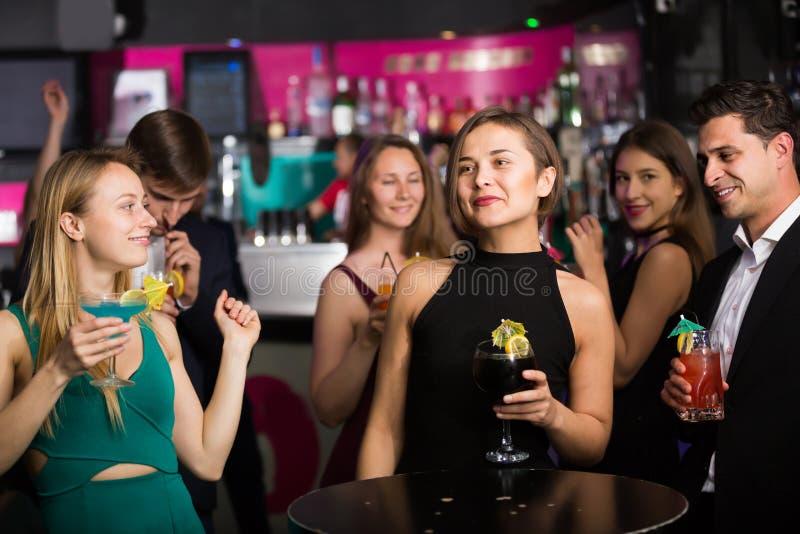 Colegas alegres que dançam no partido incorporado fotos de stock
